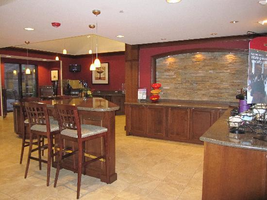 Staybridge Suites Seattle North-Everett: coffee, beer & breakfast nook in main lobby