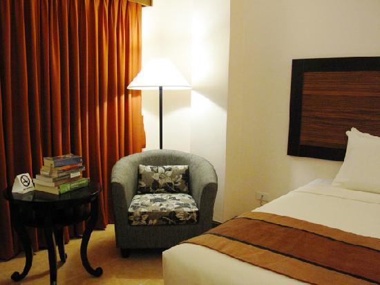 Hotel Tropika Davao : Spacious bedroom