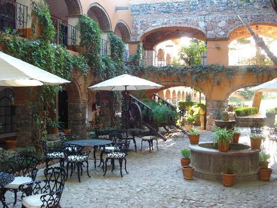 Hotel Monteverde Best Inns: Innenhof