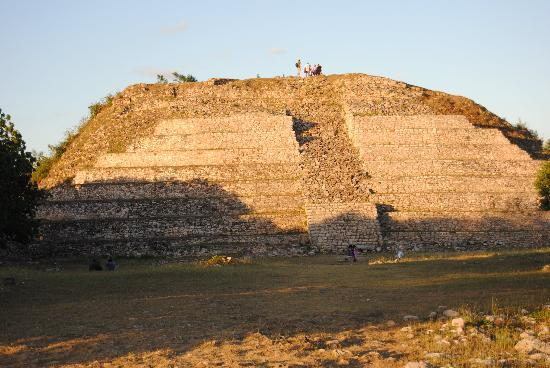 Hotel Macanche Bed & Breakfast: One  of the Mayan ruins in Itzamal, and  they let you climb these if you dare.