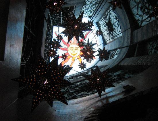 Hotel Margaritas de Sahuayo: Beautiful stained glass ceiling in lobby