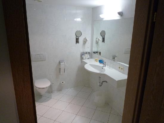 Hotel Imlauer & Bräu: bagno con il lavandino