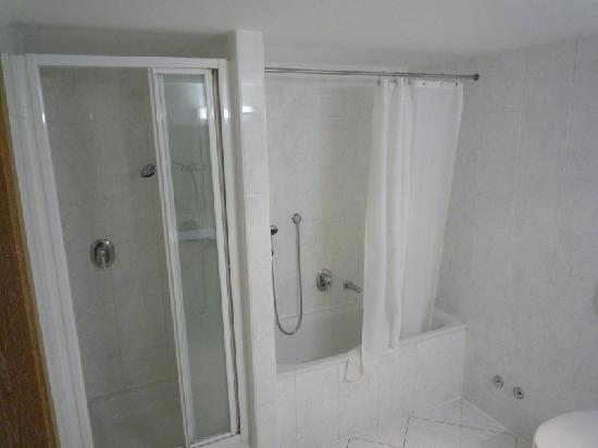 Hotel Imlauer & Bräu: doccia e vasca