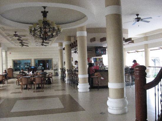 Savannah Resort Hotel: lobby area , restaurant and swimming pool