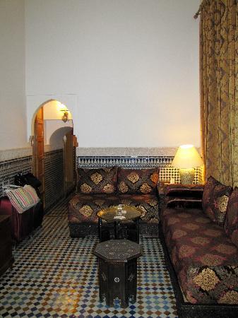 Riad Layali Fes: Suite Al Bassatine living area
