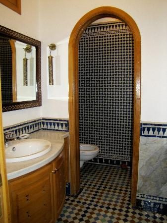 Riad Layali Fes: large bathroom