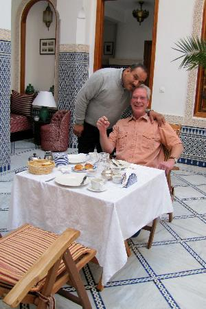 Riad Layali Fes: breakfast in courtyard with friendly Abdul