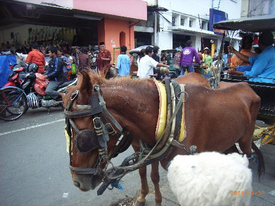 Yogyakarta, Indonesien: 街のメインストリートの様子です。