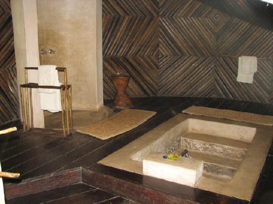 Luangwa River Camp : Large tub in bathroom