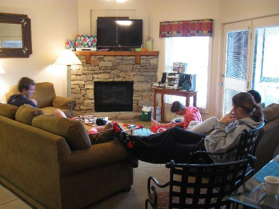 Bent Creek Golf Village: Chillin' in the comfortable living area.