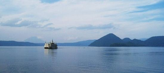 Toyako-cho, Japón: 遊覧船に乗って撮影