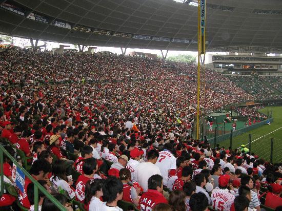 Tokorozawa, Япония: カープファンで埋まった1塁側スタンド