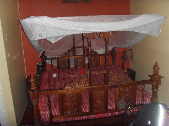 Khweza Bed & Breakfast: The entire room, taen up by the bed.. the shower is off to the side - This is their best room (w