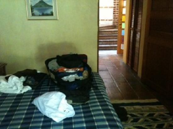 Hotel San Buenaventura de Atitlan: Hard prison mattress  with ratty sheets