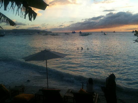 Artista Beach Villas: Artista Boracay, beach at sunset