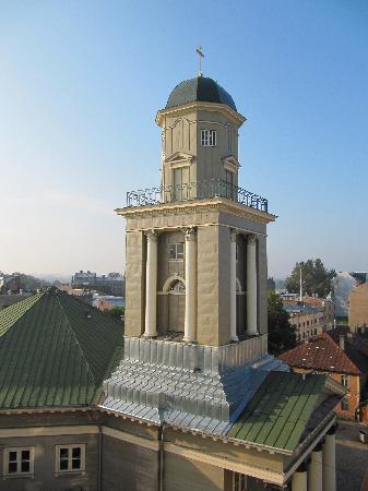 Hanza Hotel: church beside the hotel