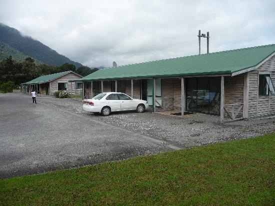 Rainforest Motel: The rooms from outside