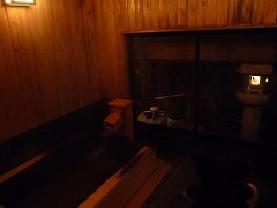 Ryokan Sensui: ヒノキの香りが良い、木の風呂。内湯ものんびりできて良いです。