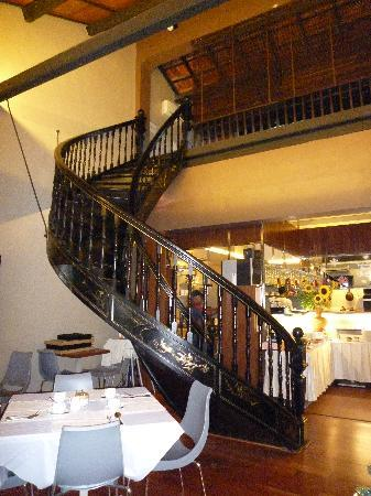 Courtyard @ Heeren Boutique Hotel: Beautiful spiral staircase in the restaurant