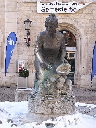 """Heidenheim an der Brenz, เยอรมนี: Brunnen """"Knöpfleswäscherin"""""""