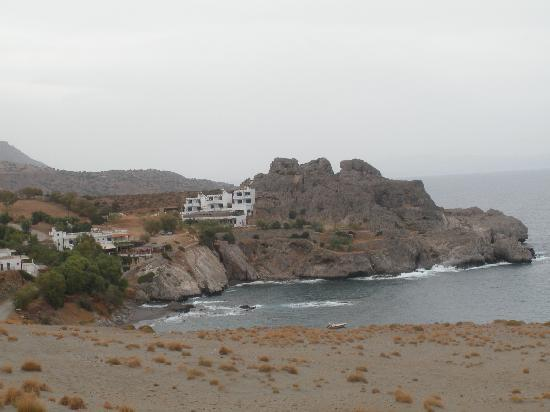 Agios Pavlos Hotel: View of the hotel across the bay