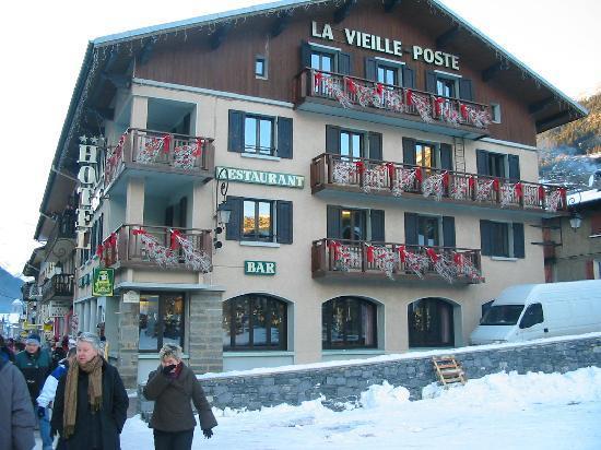 Lanslebourg Mont Cenis, Francja: L'hôtel sur la place du village en pied de piste