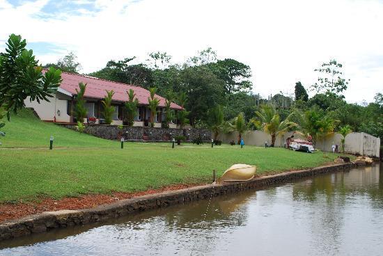 Kalla Bongo Lake Resort: Lake view rooms