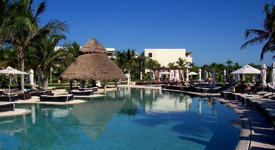 Secrets Maroma Beach Riviera Cancun: A view of the pool in the morning