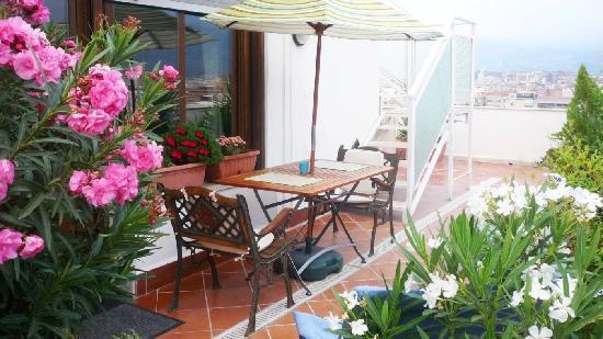 Attic 12 B&B: zona relax esterna con scala per terrazza superattico