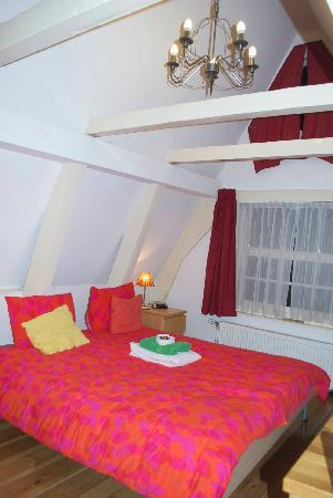 CityCenter Bed and Breakfast Amsterdam: My Room....so cute!!