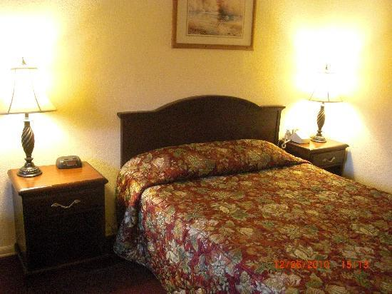 Econo Lodge Renton: single guest room