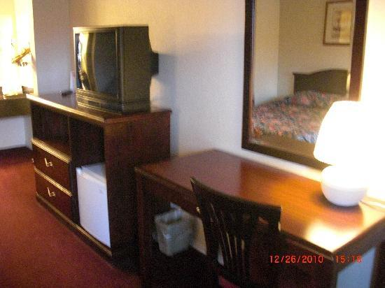 Econo Lodge Renton: T.V. and Fridge