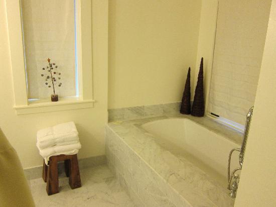 Farmhouse Inn: Amazing spa bath