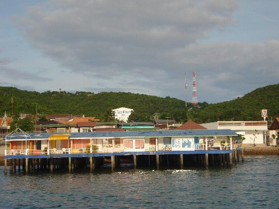 ลารีนารีสอร์ทบายเดอะซีเกาะล้าน: Lareena resort from the boat