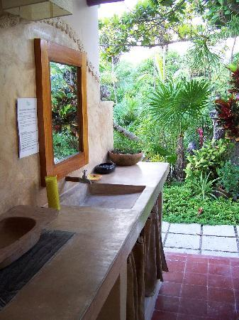 Rancho Caphe Ha: Bathroom sink area