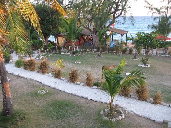 MoonRaker Beach Hotel: grounds