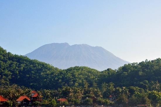 Padangbai Beach Homestay: Padangbai and Mount Agung