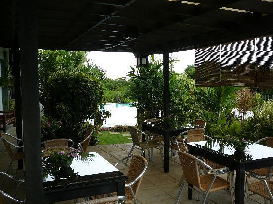 لا بيرنيلا بيتشفرونت ريزورت: Restaurant area and swimming pool