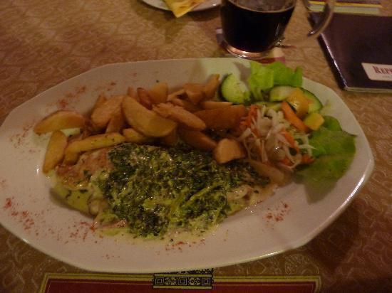 Repre Restaurant & Bar: Hähnchenroulade, niva Käse Spinat