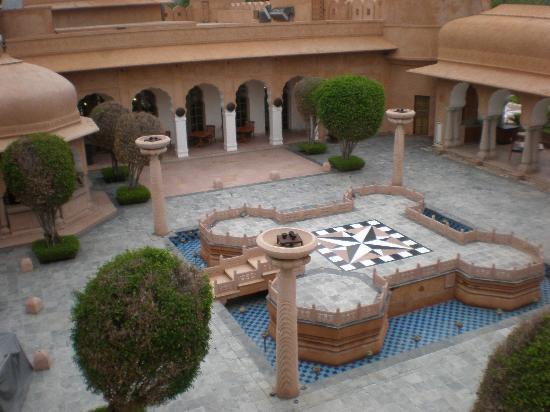 The Oberoi Rajvilas: Hotel Courtyard