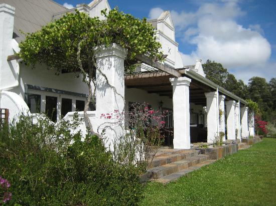 Fynbos Ridge Country House & Cottages: Main house verandah where breakfast is served depending on the weather
