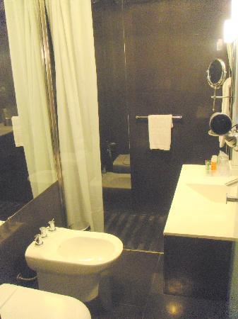 NH Buenos Aires Crillon: Room 306 -- Bathroom