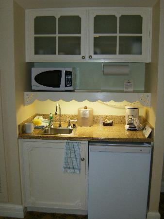 Disneyu0027s Beach Club Villas: The Cute Little Kitchen; Very Functional!