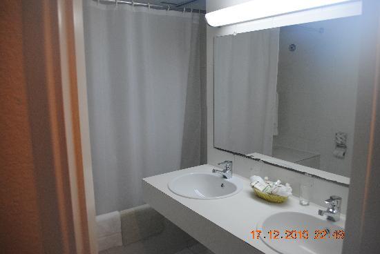 Holland House Beach Hotel: Bathroom