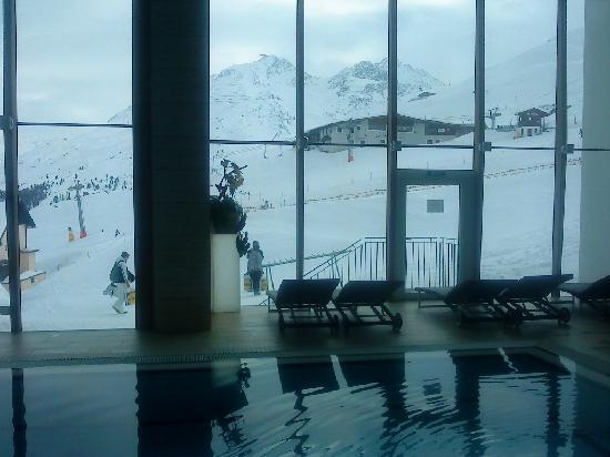 Hotel Edelweiss: Vue depuis la piscine et la salle de Sport
