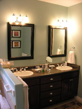 Cozy bathroom picture of dale and jo view suites for Dale bathrooms
