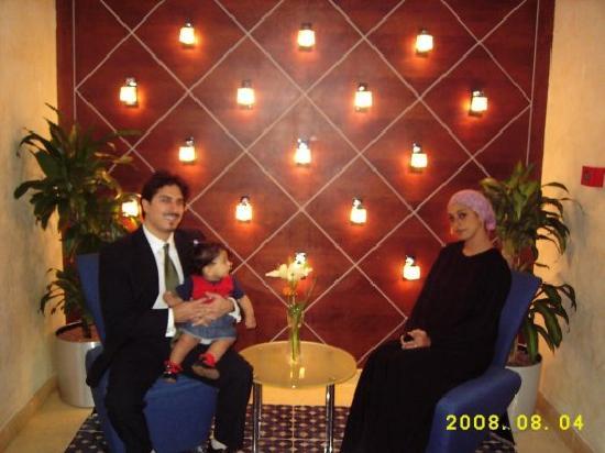 Almuthana Hotel : Esperando neustra mesa en el Restaurant del Hotel