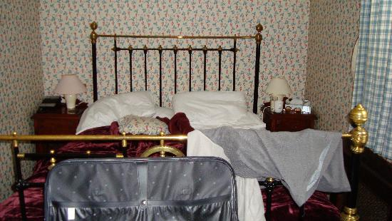 Beaumaris, UK: Bedroom - interesting decor