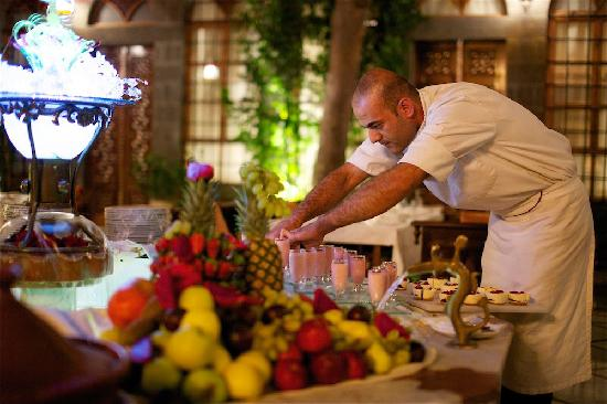 Beit Zafran Hotel de Charme: Chef Sewar preparing the buffet