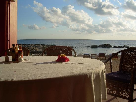 Coral Cove Resort: perfect backdrop for a wonderful meal
